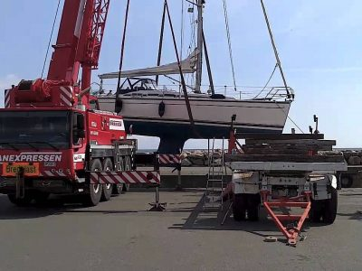 Crane Boat Lift Out